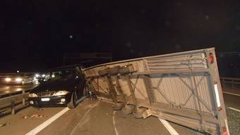 Auto mit Anhänger verliert nach Unfall zwei geladene Fahrzeuge