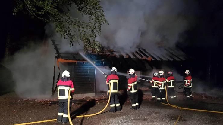 Die Waldhütte war das zweite von drei Brandanschlagszielen der zwei Täter. Der Totalschaden am Gebäude beläuft sich auf mehrere hunderttausend Franken.