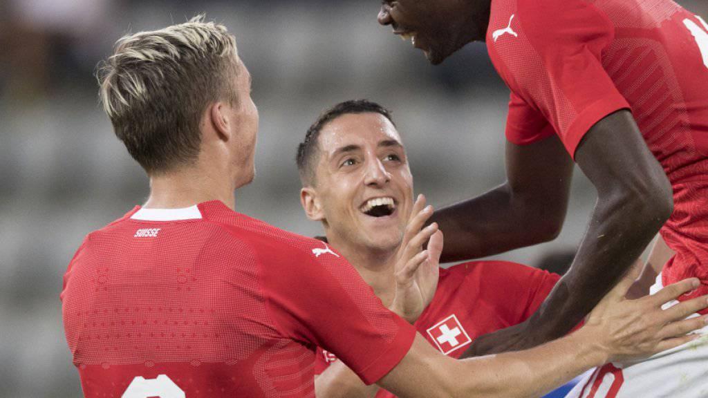 Michel Aebischer, João De Oliveira und Dimitri Oberlin feiern das Tor zum 2:0