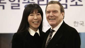 Altbundeskanzler Gerhard Schröder hat nicht genug: Mit seiner Lebenspartnerin Soyeon Kim will er seine fünfte Ehe eingehen.