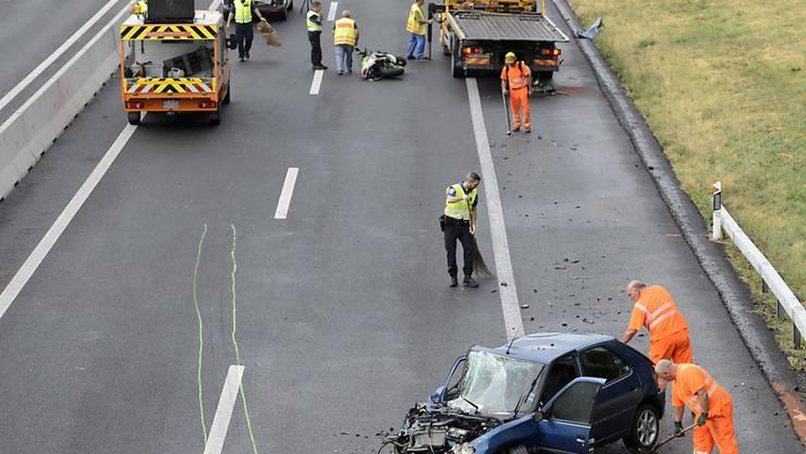 Wegen der Räumungsarbeiten auf der Unfallstelle war die Autobahn A1 in Richtung Lausanne während 7 Stunden bis 9.45 Uhr gesperrt.