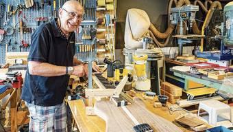 Früher Banker, heute Gitarrenbauer: Peter «Jo» Meister in seiner Werkstatt im Bäderquartier.