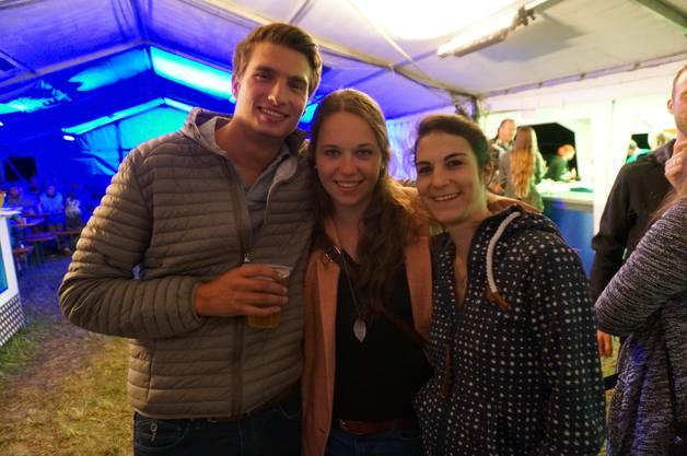 Florian Mertersdorf und zwei Kolleginnen finden das Open Air im Grüene eine gute Gelegenheit dem Blues zu fröhnen