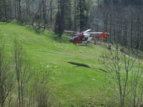 Der Verletzte, der in die Hausfassade geflogen war, musste mit der Rega ins Spital Liestal geflogen werden.
