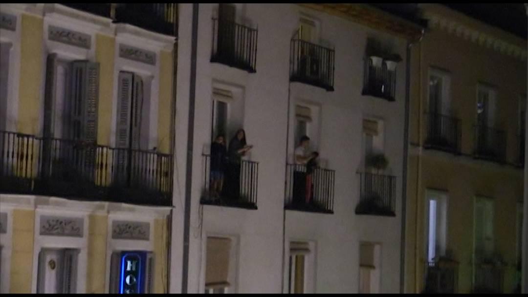 Tausende Spanier klatschen Ärzten und Pflegern Beifall