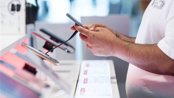 In Mobilfunk-Shops im Gäu und im Aargau trieb der ehemalige Lehrling und Angestellte sein Unwesen. (Themenbild)