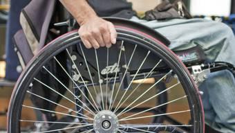 Ein Rollstuhlfahrer verunfallt in Hölstein. (Archivbild)