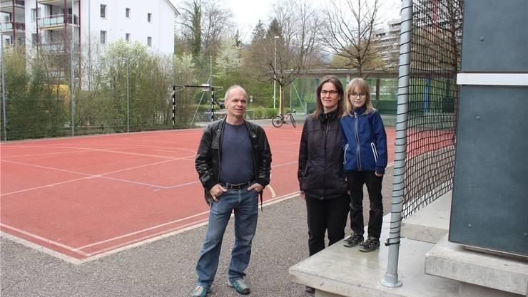 Um diesen Spielplatz geht es: Hansueli Trüb und Silvie Theus mit Selina (8) wollen nicht, dass die Kinder aus dem öffentlichen Raum vertrieben werden. Auf dem Bild sind die angeketteten Fussballtore (links) und das störende Lärmschutznetz zu sehen.