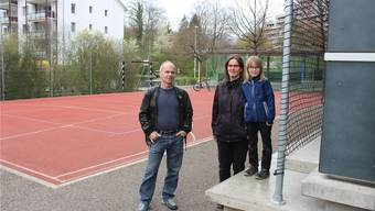 Hansueli Trüb und Silvie Theus mit Selina (8) wollen nicht, dass die Kinder aus dem öffentlichen Raum vertrieben werden. Auf dem Bild sind die angeketteten Fussballtore (links) und das störende Lärmschutznetz zu sehen.