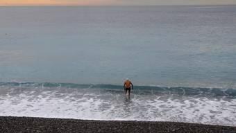 Ein Mann geht im Mittelmeer schwimmen (Symbolbild)