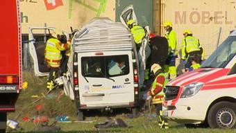 Beim Unfall auf der A7 bei Frauenfeld am Freitagabend wurden zwei Personen mittelschwer und schwer verletzt. Kurz vor der Ausfahrt Frauenfeld-Ost kam ein Lieferwagen von der Fahrbahn ab, geriet auf eine Böschung, hob ab und kam vierzig Meter weiter zum Stillstand.