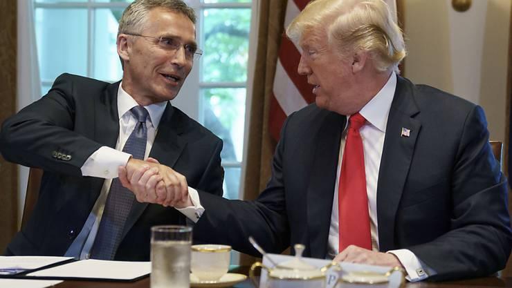 Händedruck zwischen Donald Trump (r) und Nato-Generalsekretär Jens Stoltenberg