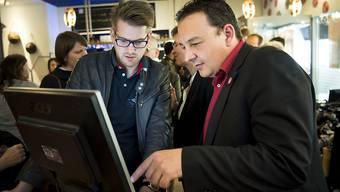 Beim ersten Wahlgang im Kanton Neuenburg schaffte keiner der amtierenden Staatsräte die Wiederwahl im ersten Wahlgang, SP-Kandidat Jean-Nat Karakash (rechts), stand an der Spitze.