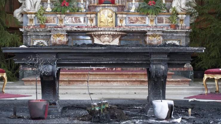 So sah der Altar in der St.-Ursen-Kathedrale nach dem Brandanschlag aus.