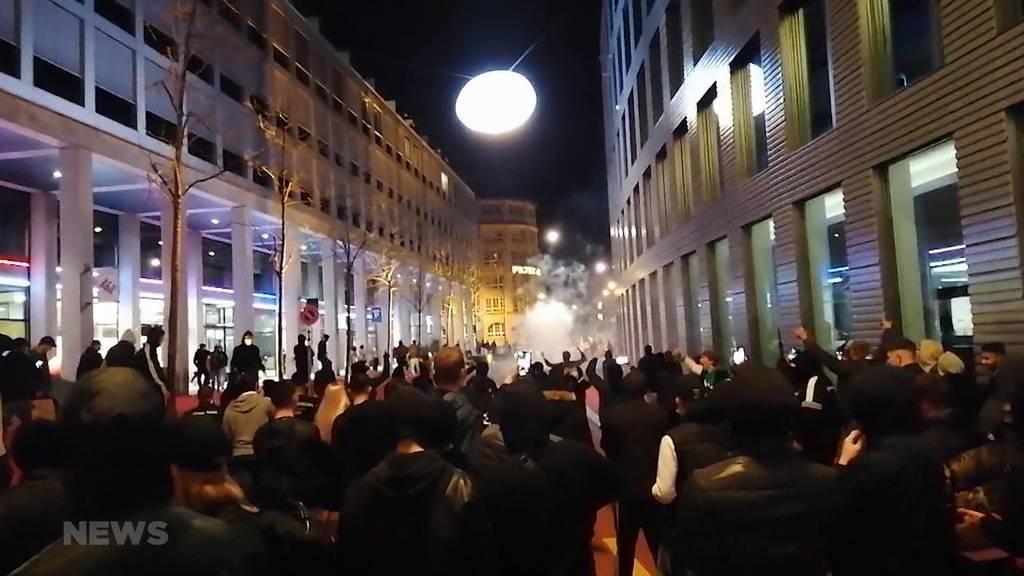 Krawallnacht in St.Gallen: Jugendliche greifen Polizisten an