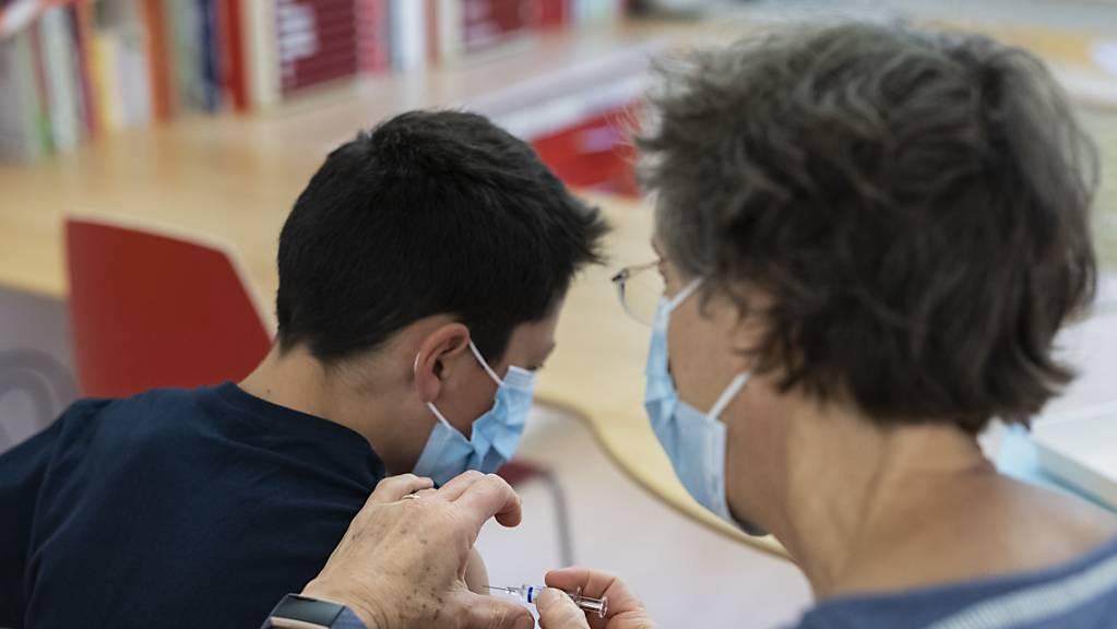 Noch sind in der Schweiz erst wenige Kinder gegen das Coronavirus geimpft. (Archivbild)
