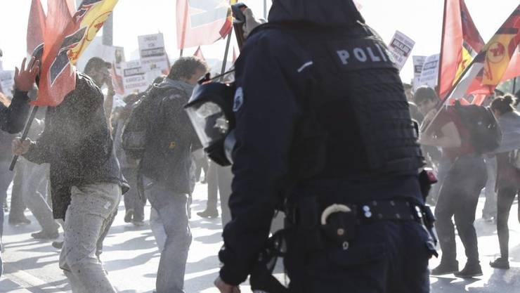 Polizisten setzen in Ankara Pfeffersprays und Tränengas gegen Teilnehmer einer Gedenkveranstaltung ein.