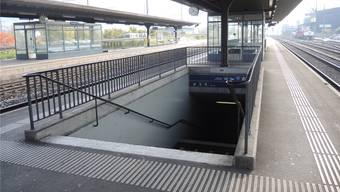 Nur Treppen führen auf die Perrons des Bahnhofs Killwangen-Spreitenbach. STH