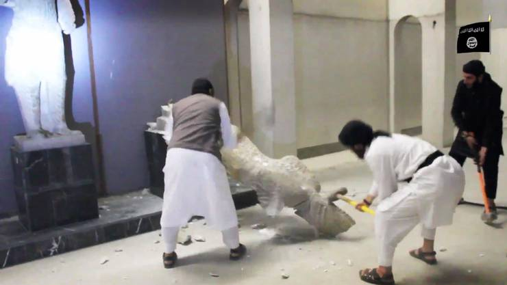 Mit brachialer Gewalt zerstörten IS-Milizen im Februar 2015 Kulturgüter im Museum in Mosul.