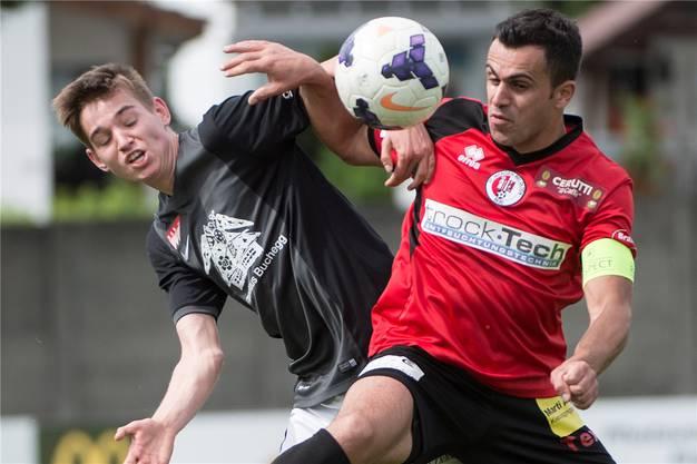 Solothurns Rafael Disler, links, im Kampf um den Ball gegen Wangens Blerim Bektesh.