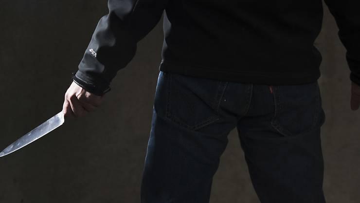 Die Männer bedrohten die Frau mit einer Stichwaffe und entwendeten ihr das Portemonnaie. (Symbolbild)