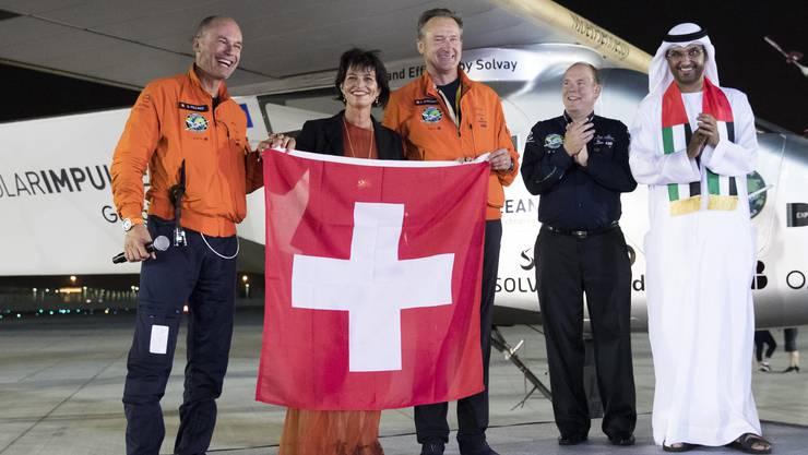 Bertrand Piccard mit Verkehrsministerin Doris Leuthard, Pilot Andre Borschberg, Prinz Albert von Monaco und Sultan Bin Ahmed Al Jaber in Abu Dhabi.
