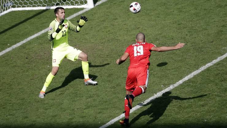 Im Fussball ist das Scheitern das Normale. Derdiyok setzt den Ball an den Pfosten.