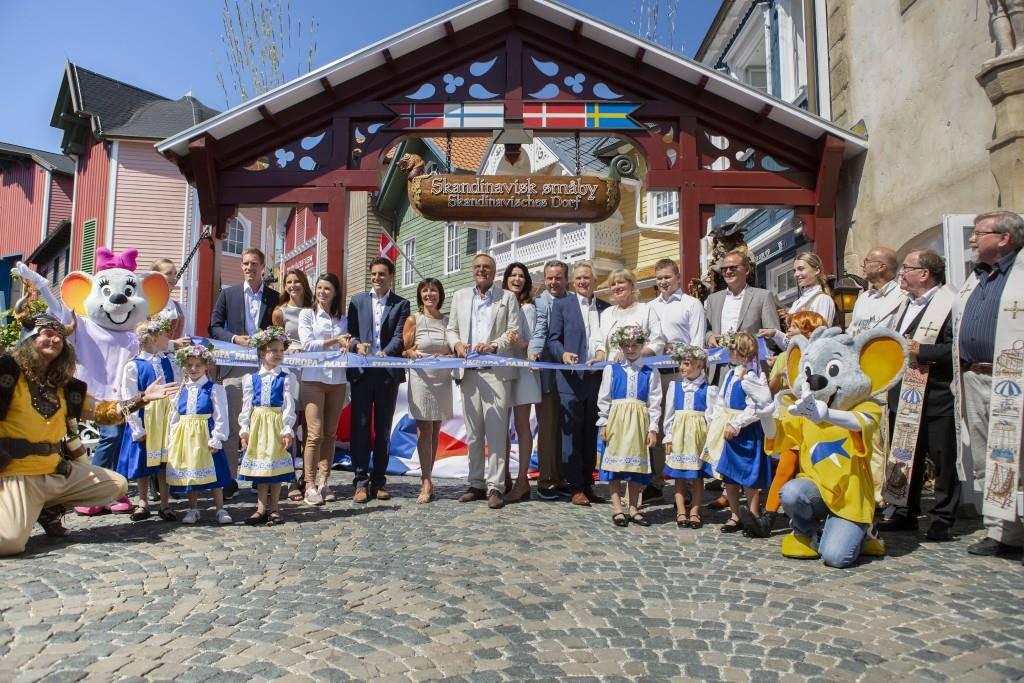 Die Europa-Park Inhaberfamilie Mack freut sich, gemeinsam mit den Gästen den Themenbereich Skandinavien nach nur 13 Monaten Bauzeit wiedereröffnen zu können. (© Europapark)