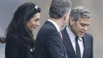 George Clooney (rechts) und Ehefrau Amal verlassen nach dem Treffen mit Angela Merkel das Kanzleramt