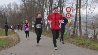 Die Läufer trotzen am Stauseelauf der beissenden Kälte. (Archiv)