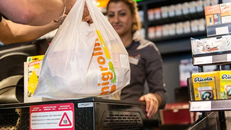 Die Tankstellen- und Bahnhofshopbetreiberin Migrolino will mit 24-Stunden-Shops wachsen. (KEYSTONE/Christian Beutler)
