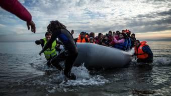 Flüchtlinge kommen ans Ufer im Nordosten der griechischen Insel Lesbos an.