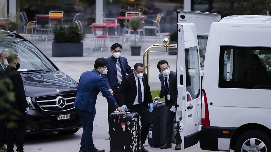 Mitglieder der chinesischen Delegation beim Verladen von Gepäck beim Hotel Hyatt am Flughafen Zürich.
