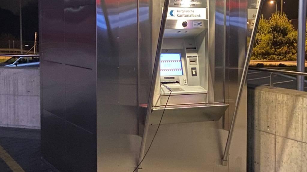 Ein Drittperson beobachtete zwei maskierte Personen, die am Bankomaten hantierten.
