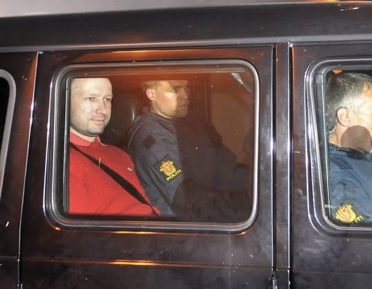 Anders Behring Breivik am Montag auf dem Weg zum Gericht.