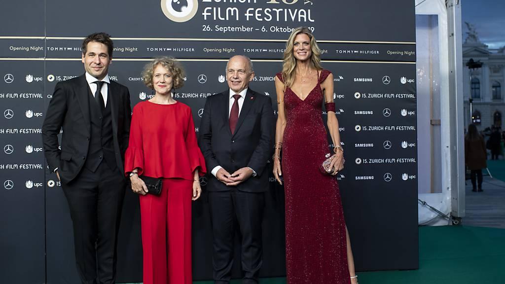ZFF-Direktoren Karl Spoerri (links) und Nadja Schildknecht (rechts) posieren zusammen mit der Zürcher Stadtpräsidentin Corine Mauch (2. v.l.) und Bundespräsident Ueli Maurer (2.v.r.).