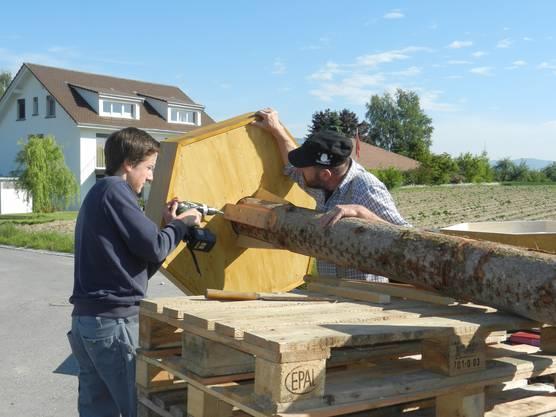 Die Stützen aus Eichenholz werden montiert
