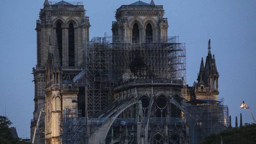 Nach dem verheerenden Brand in der Pariser Kathedrale Notre-Dame konzentrieren sich die Arbeiten der Feuerwehr auf den Kampf gegen letzte Brandherde. Zudem geht es darum, neue Feuer zu verhindern.
