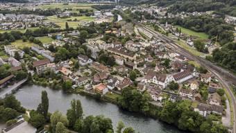 Blick aus der Luft auf Turgi: Der 3000-Einwohner-Ort soll zu einem Stadtteil von Baden (oben) werden.