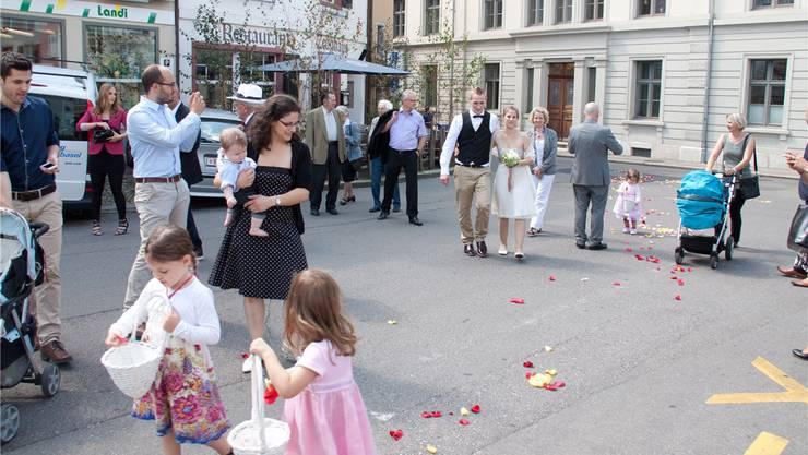Hochzeitsgesellschaften auf dem Liestaler Zeughausplatz – vor kurzem noch typisch, jetzt bereits Geschichte. zVg