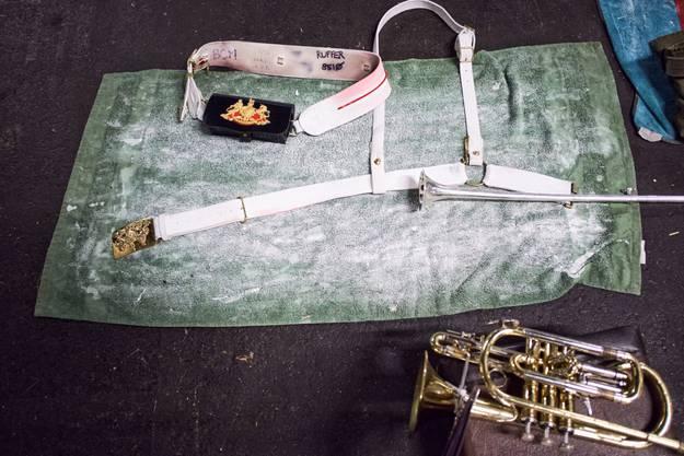 Neben dem reitgeschirr werden auch die Instrumente bereitgelegt.