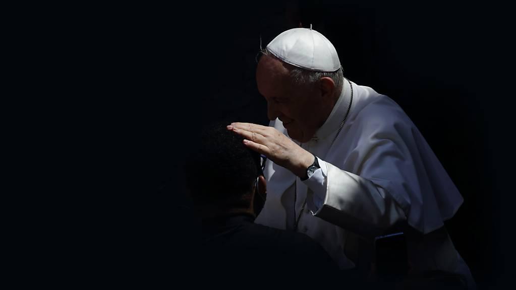 Papst Franziskus kommt zu seiner wöchentlichen Generalaudienz im Damasus-Hof an. Foto: Evandro Inetti/ZUMA Wire/dpa