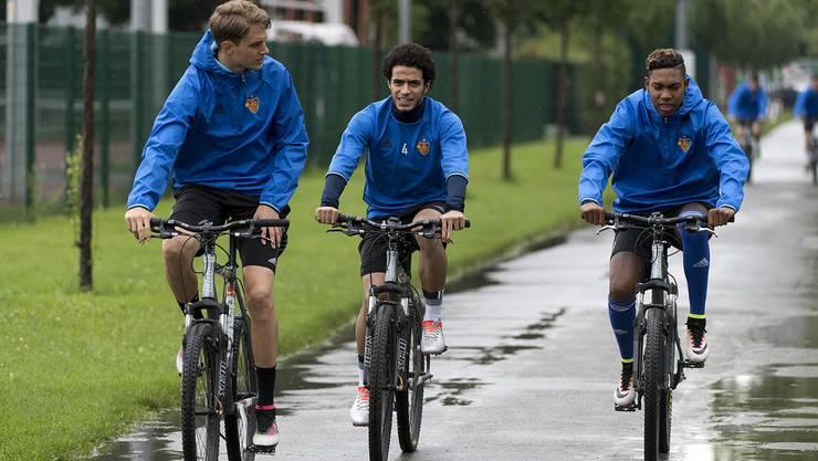 Die FCB-Profis (in der Mitte Neuzugang Omar Gaber) rollen an zum ersten Training der Saison.