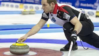 Skip Sven Michel zeigt präzises Curling