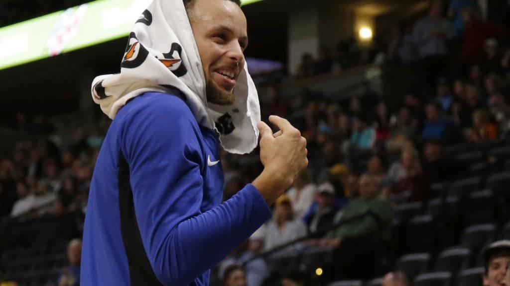 Stephen Curry hat während des Spiels gegen Denver allen Grund, gut gelaunt zu sein.