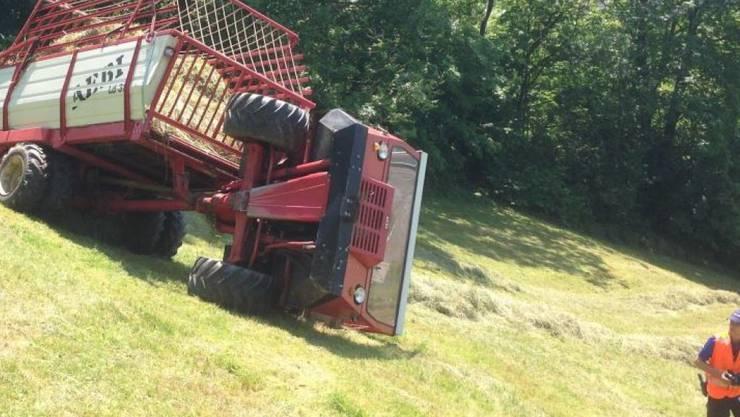 Der vordere Teil des Ladewagens kippte auf die Seite. Der 69-jährige Landwirt wurde beim Unfall mittelschwer verletzt.