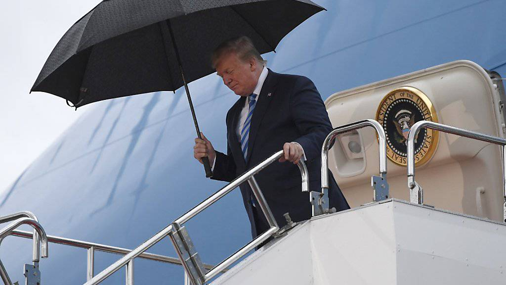 Bereit für den G20-Gipfel: US-Präsident Donald Trump steigt in Osaka die Treppe von Air Force One hinunter.