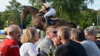 Während die Reiterinnen und Reiter den Parcours absolvieren, wird an den Festbänken gefachsimpelt.