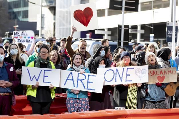 Solidaritätskundgebungen vor dem Gerichtsgebäude in Christchurch.