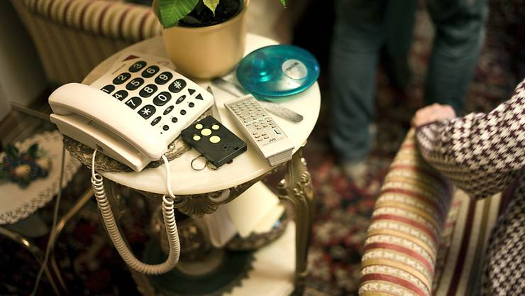 Vor allem Seniorinnen und Senioren werden häufig Opfer von unlauteren Werbeanrufen von Telekomanbietern. (Symbolbild)